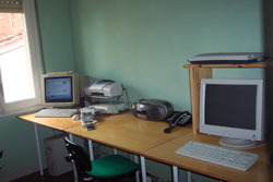 El despatx, amb la seva xarxa, les seves, pantalles, els seus ordinadors, les seves cadires...que maco que es!!!